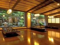 囲炉裏茶屋ごえもん亭~GOEMON-Tei~滝と岩肌。堀こたつのお食事処。
