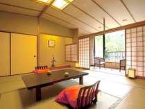 【新館】こもれびの館客室(一例)大きな窓から望む赤目渓谷美をお愉しみください。