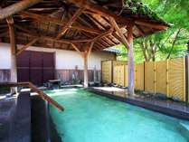 大きな石の框にも温泉の温かい熱が伝わる男性露天半蔵の湯