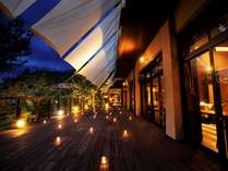 夕暮れと渓谷の樹冠の美しさを楽しむTAKI-NOBEとウッドデッキ★優しい光が包む★静かな空間でご夕食を。