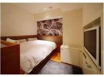 アネックスシングル(relaxタイプ):デスクを廃し、大型TVを配置してベッドはソファに見立てて・・