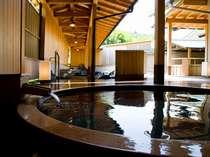 敷地内から湧出する2本の源泉は美人の湯として有名な柔らかな温泉です。