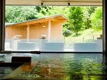 敷地内から湧出する2本の源泉は美人の湯として有名な柔らかな温泉