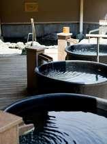 広い露天風呂には多彩な湯船をご用意。岩風呂に陶器風呂…お湯を楽しむ温泉です
