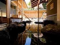 緑を眺めながらの露天風呂は男女合わせて11種類の湯船を有する開放感あふれる露天風呂です。