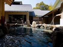 柔らかな温泉を湛える露天風呂