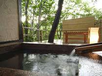 木々の間から海を眺める貸切露天風呂『参の湯』