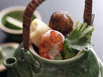 季節の料理一例~『旬の松茸と海老の土瓶蒸し』