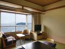 一般和室から海を眺める
