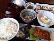 朝食の一例。福井名物ソースカツをお出ししています(日によってメニューは異なります)。