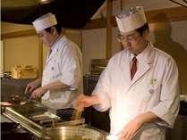 夕食では揚げたての天ぷらや肉料理などを目の前でお作りします