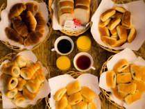 ささやかではございますが「無料軽朝食」をご用意。(パン数種・コーヒー・紅茶・ソフトドリンク)