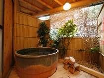 川沿いにある半露天は陶器の浴槽が赴き深い。貸切可。