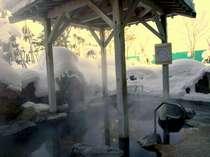 湯けむり漂う雪見の露天風呂(掛け流し・加水なし・やや加温)