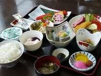 【朝食膳】特産品の黒千石納豆や黒千石豆腐、ひまわりライス(北竜町産おぼろづき)などボリューム満点