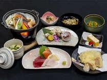 【夕食】基本の夕食にはこだわりの北竜産野菜や黒千石を使用した一品が並ぶ※時期により異なる