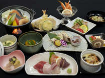 【夕食】ちょっと贅沢な夕食をご用意。北竜産野菜やひまわりポーク、黒千石等を使用したお料理が並ぶ