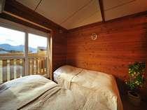 大きな窓からの景色と校倉の客室が調和していま~す
