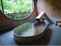 露天風呂付き貴賓室「竹や舞の間」。源泉掛け流し天然温泉100%を24時間ご堪能頂けます。