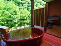 8畳+4.5畳露天風呂付き特別室「観月の間」源泉掛け流し天然温泉を24時間ご堪能ください。信楽焼の浴槽