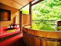 8畳+4.5畳露天風呂付き特別室「わさびの間」。総檜の浴槽