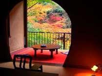 【秋】露天風呂付き特別室「わさびの間」。客室の目の前にある紅葉が鮮やか。是非窓をあけてご覧ください