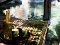 貸切露天風呂「観山の湯」では、竹徳利冷酒を味わうのがオツ!