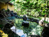 渓流を眺める露天風呂
