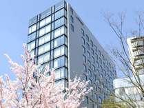 ◇「築地」駅より徒歩約2分◇春にはホテル目の前の「築地川公園」にてお花見もお楽しみいただけます。
