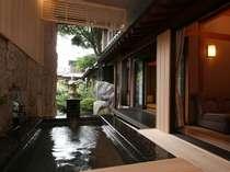 贅沢な温泉の露天風呂がある客室例