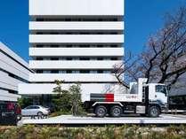 【ホテル外観】GIGAトラックと桜の木が目印の7F建てのホテルです。