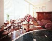大きな窓から日差しが明るく入るロビーでの朝食は1日の活力に♪