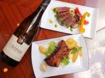 真夏の肉料理とフランス白ワイン※写真はイメージです