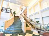 重厚感あふれる大理石のエントランス階段 ※エスカレーターは午前は下り、午後は上りに切り替えます。