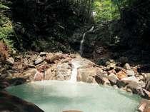 沢沿いある混浴の野趣あふれる野天風呂【仙女の湯】(本館より山道を徒歩6~7分)