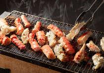 【タラバガニの炭火焼き】七輪で炙ります。旨味がギュッと凝縮です。