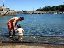 シュノーケリングやダイビングスポットまでは歩いて2分♪写真は富戸港の奥にある地元っ子の秘密スポット!