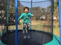 なんとお庭にトランポリンが登場☆大人も子供もぴょんぴょん遊ぼう♪