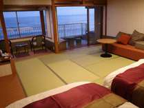 和洋70㎡展望ジャグジー、露天風呂付客室ベッドからダイナミックな日本海を
