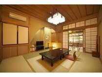 マッサージチェーアーが置かれた広縁や、テラスの露天風呂が贅沢な本館客室