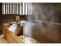 客室の専用露天風呂(離れ客室)。他に内風呂、マッサージチェアもある
