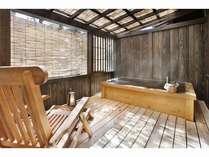 客室の専用露天風呂(離れ客室)にも高アルカリ泉が注がれる