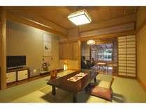 お部屋は1間で和室、窓側に5畳の板の間付の本館客室(瀬音の館)