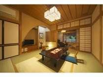 マッサージチェーアーが置かれた広縁や、テラスの露天風呂が贅沢な本館客室(清流の館)