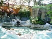 陽光ふりそそぐ露天風呂。心地よい風を感じながらの露天風呂は最高です。