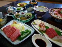 ある日の夕食一例。飛騨牛は陶板焼きにて、お好みの焼き加減でお召し上がり下さい。