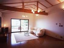 モダンなインテリアの客室(一例)。広々リビングの隣はベッドルーム。
