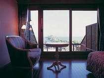 本館ツインルームの一例。海を望むゆったりとしたテラス付き。