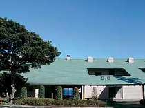 4500坪の敷地に全15室のゆとり。緑と海に囲まれた静かな環境で寛げる。