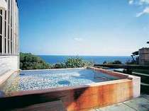 青い海と空に溶け込むような、開放的な野天風呂。(掛け流し。男女別)